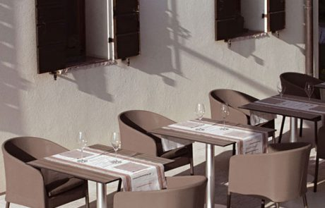 00_restaurants-bars-chaises-giselle-coral